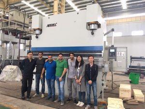ブラジルの顧客は工場を訪れ、プレス機械を購入する