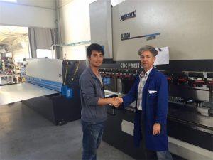 キプロスクライアントの訪問はブレーキマシンと私たちの工場でシャーリングマシンを押す