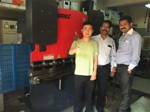 インドの顧客は工場を訪れ、機械を購入する