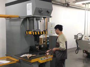 私たちの工場での日本のクライアントのテスト油圧プレス機
